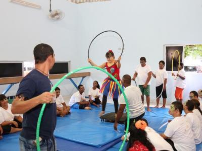 A imagem mostra um participante do Circo Social