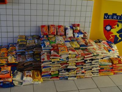 A imagem mostra meia tonelada de alimentos