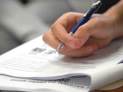 Imagem mostra uma mão de uma pessoa segurando um lápis