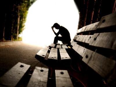 Imagem mostra silhueta de homem sentado no banco