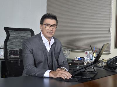 Imagem mostra Janguiê Diniz mexendo no computador