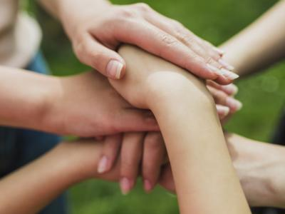 Imagem mostra pessoas de mãos dadas