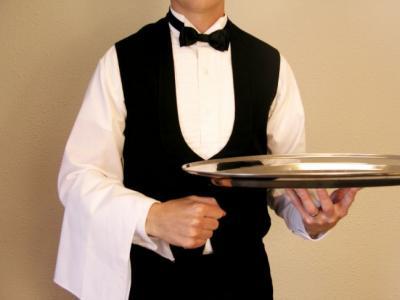 Imagem mostra garçom segurando uma bandeja