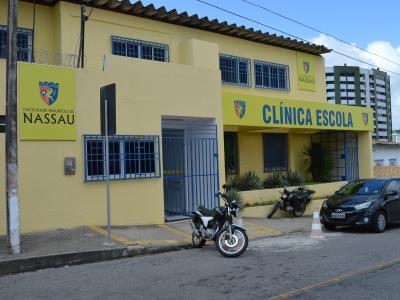 A imagem mostra a fachada da clínica escola