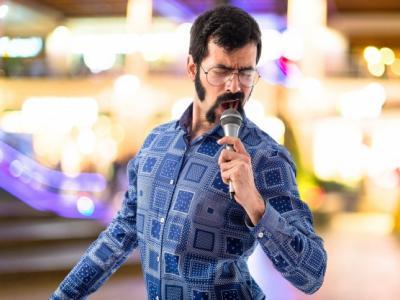 Imagem mostra Geek cantando