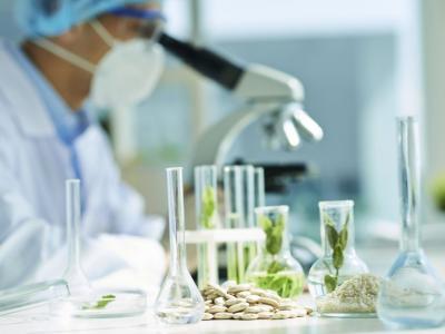A imagem mostra um profissional de Biomedicina no laboratório