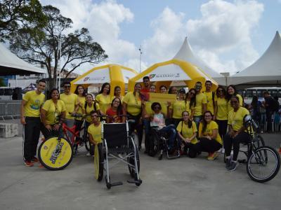 Imagem mostra pessoas reunidas pelo projeto