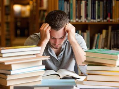Imagem mostra jovem estudando para concurso