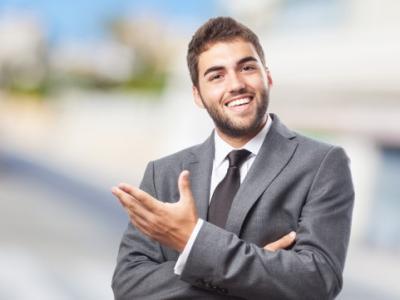 Imagem mostra homem de terno em pé