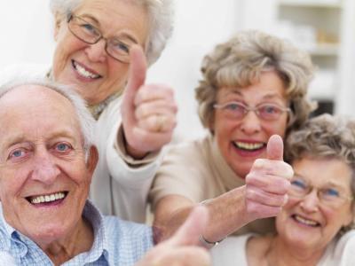 Imagem mostra idosos fazendo sinal de positivo