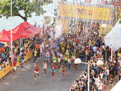 Imagem mostra corredores durante Maratona