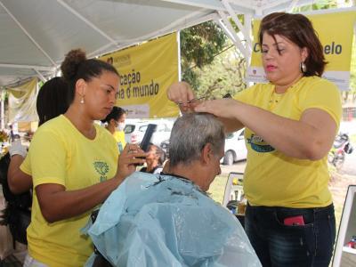Imagem mostra pessoa cortando o cabelo