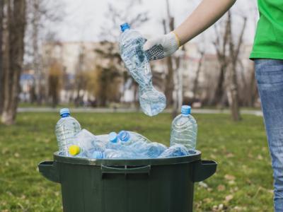 Imagem mostra garrafas de água no lixo