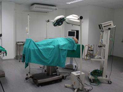 Imagem mostra sala de cirurgia