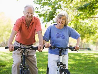 Imagem mostra idosos andando de bicicleta