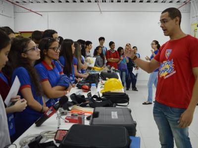 Imagem mostra estudantes durante visitação