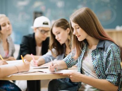 Imagem mostra alunos fazendo prova