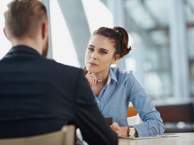 A imagem mostra uma pessoa conversando com a outra
