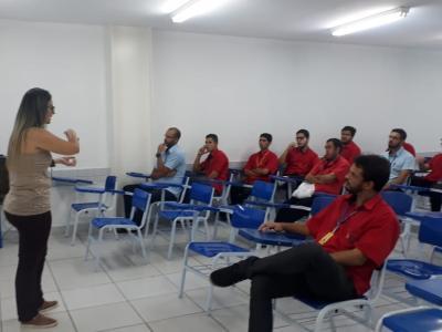 Imagem mostra colaboradores durante palestra