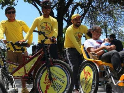 A imagem mostra várias pessoas na bicicleta