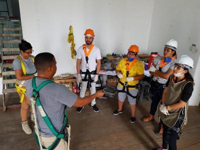 Imagem mostra alunos durante a restauração