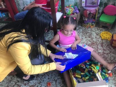 Imagem mostra criança recebendo presente
