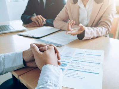 Imagem mostra pessoas debatendo em uma mesa