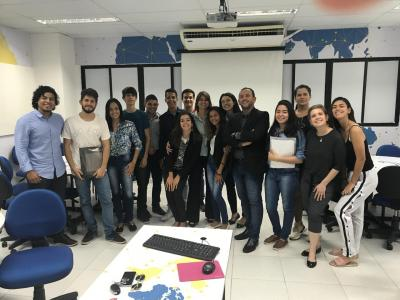 Imagem mostra alunos reunidos
