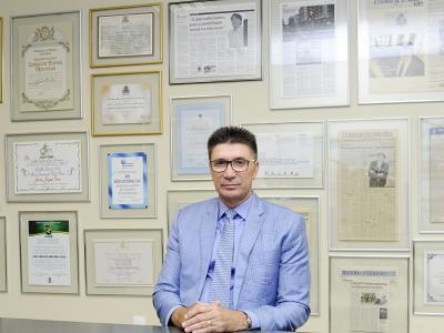 Imagem mostra Janguiê em seu escritório