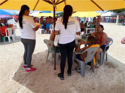 Imagem mostra alunos durante a ação do Projeto Praia Limpa