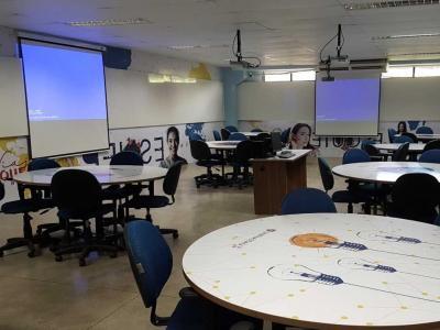Imagem mostra sala de aula invertida