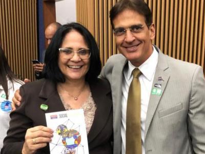Imagem mostra coordenador de Responsabilidade Social da UNINASSAU e ministra Damares Alves