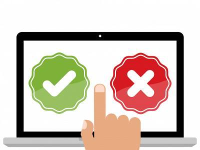 Imagem mostra mão apontando para computador com pesquisa de certo e errado