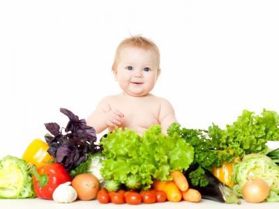 Criança com legumes