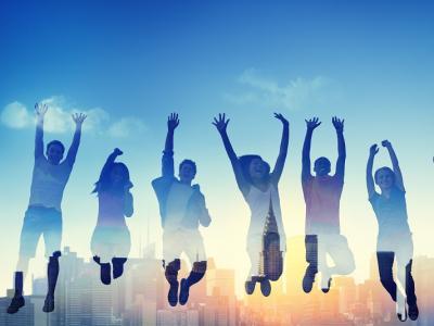 Imagem mostra pessoas pulando e sorrindo