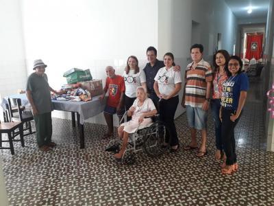 Imagem mostra idosos recebendo donativos