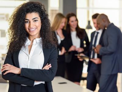 Líder mulher em escritório com colegas de trabalho