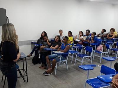 Imagem mostra sala de aula