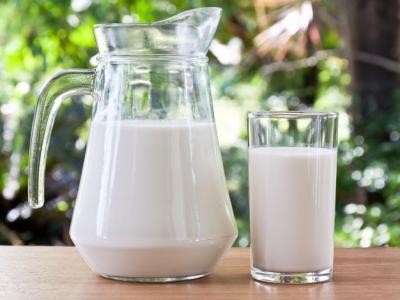 Imagem mostra leite em cima da mesa