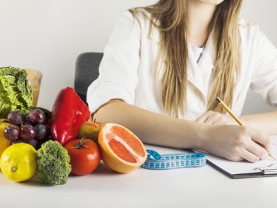 A imagem mostra frutas e verduras em cima de uma mesa