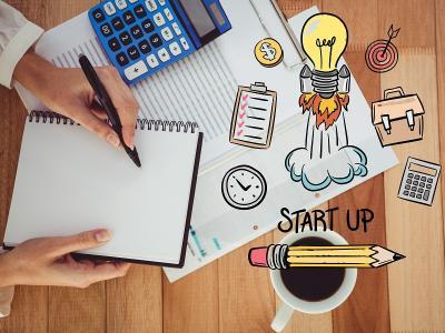 Ilustração com caderno, calculadora e nome startup
