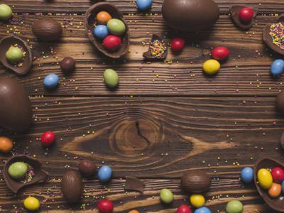Imagem mostra ovos de páscoa em cima da mesa