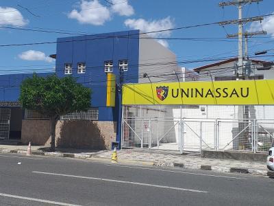 A imagem mostra a unidade da UNINASSAU em Feira de Santana