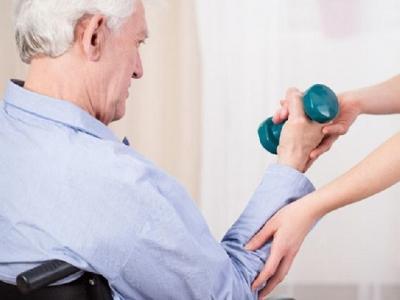Idoso fazendo fisioterapia