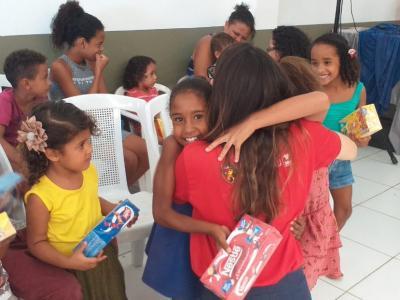 Imagem mostra criança feliz, recebendo chocolate