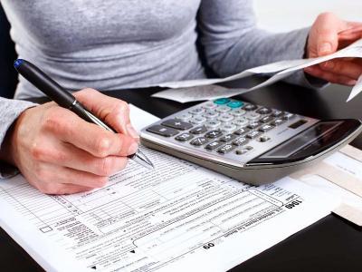 calculadora, planilhas e caneta