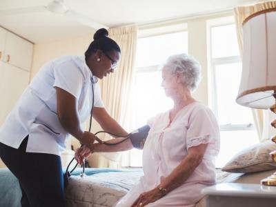 Idosa recebendo cuidados especiais