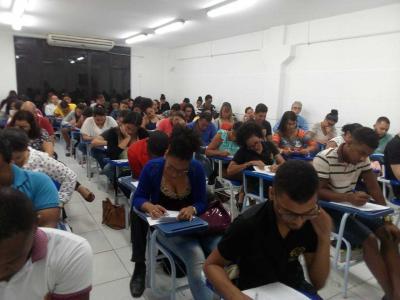 Imagem mostra alunos realizando a prova
