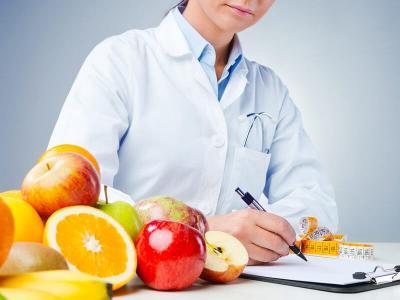 Imagem mostra nutricionista escrevendo