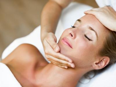 Imagem mostra mulher fazendo tratamento de pele